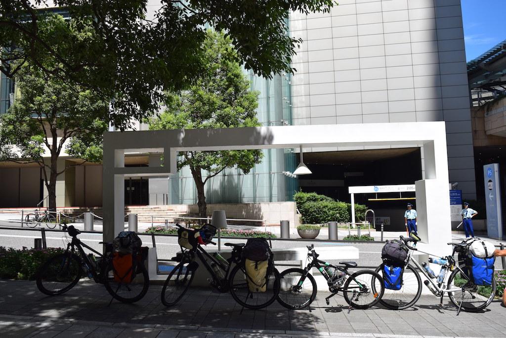 Le bici e la panchina italiana a Rappongi Hill